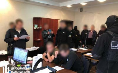 Поліцейські принижували та били кийком затриманих – ДБР повідомило їм про підозру у катуванні.