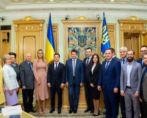Президент вручив посвідчення новим членам ЦВК.