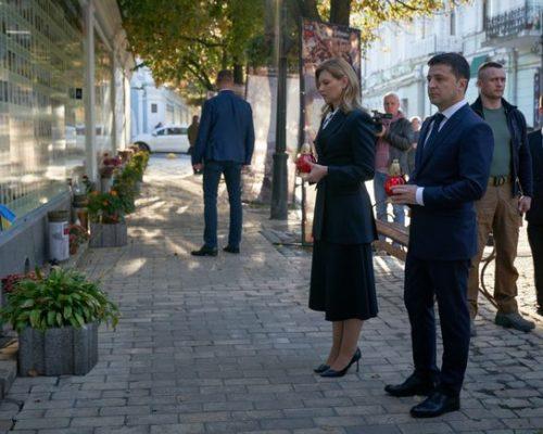 Зеленський із дружиною вшанували пам'ять загиблих захисників України.