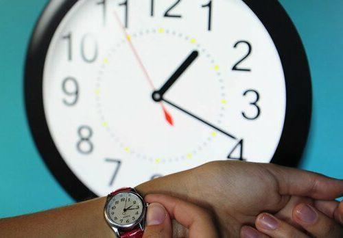 Перехід на зимовий час: коли переводять годинник в Україні і як до цього підготуватися.
