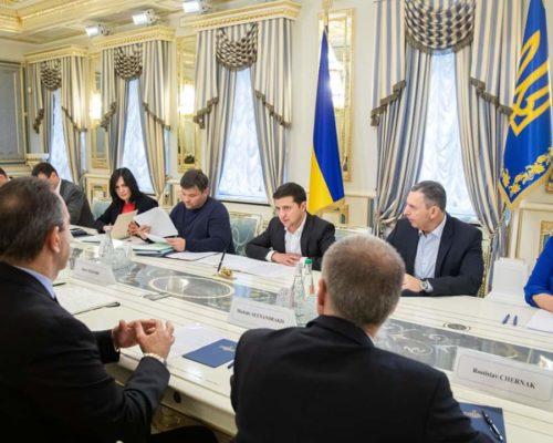 Президент України Володимир Зеленський провів зустріч з найбільшими виробниками тютюнових виробів в Україні.