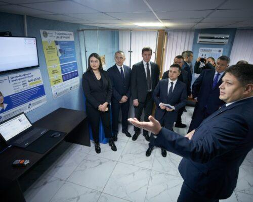 Володимир Зеленський першим в Україні отримав ID-картку громадянина з інтегрованим електронним підписом.