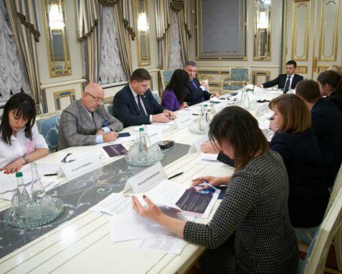 Володимир Зеленський провів нараду щодо розробки програми, яка мотивуватиме молодь з окупованих територій до збереження українського громадянства.