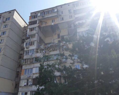 У житловому багатоквартирному будинку Києва стався потужний вибух.