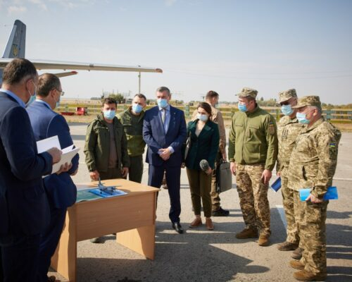 Президент відвідав місце катастрофи літака Ан-26 на Харківщині.