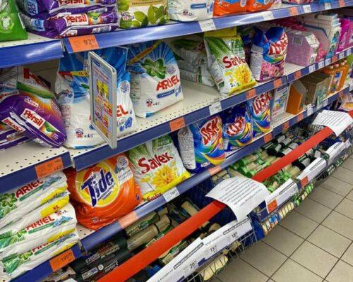 У перший день локдауну в Україні магазин АТБ перетягнув полиці із забороненими до продажу товарами червоною стрічкою, серед яких колготки, шкарпетки, пакети, лампочки і побутова хімія.