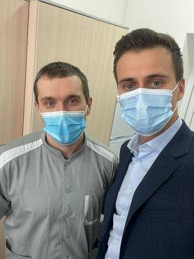 Лікар-реаніматолог Євген Горенко став першою людиною в Україні, якій зробили вакцину проти коронавірусу.