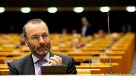 Заморозити рахунки олігархів і відключити РФ від SWIFT, – глава фракції ЄНП у Європарламенті Вебер запропонував відповісти на агресію Кремля.