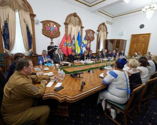 Президент зустрівся з родинами загиблих захисників України.