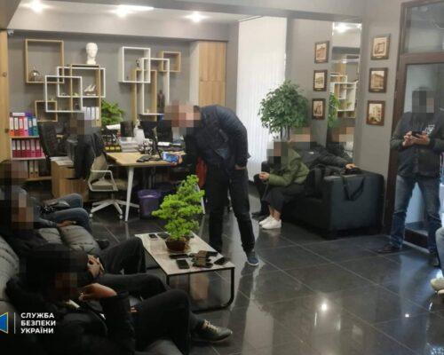 СБУ викрила ділків, які незаконно «легалізували» в Україні 3,5 тис. іноземців.